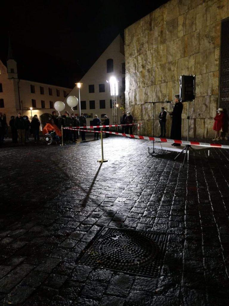 Foto bei Nacht vor der Synagoge