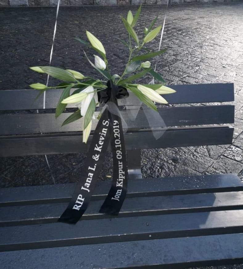Weiße Lilien mit Trauerschleife: RIP Jana L. und Kevin S.  Jom Kippur 9.10.2019