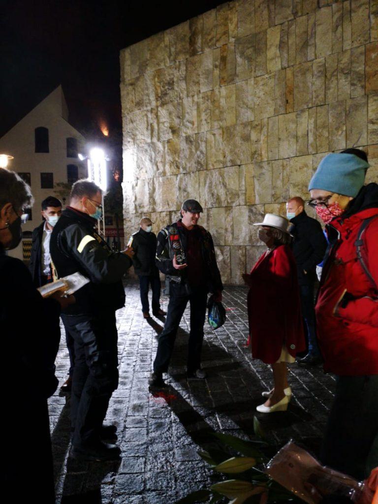 Charlotte Knobloch im Gespräch mit Oliver Westermann, nachts vor der Synagoge.