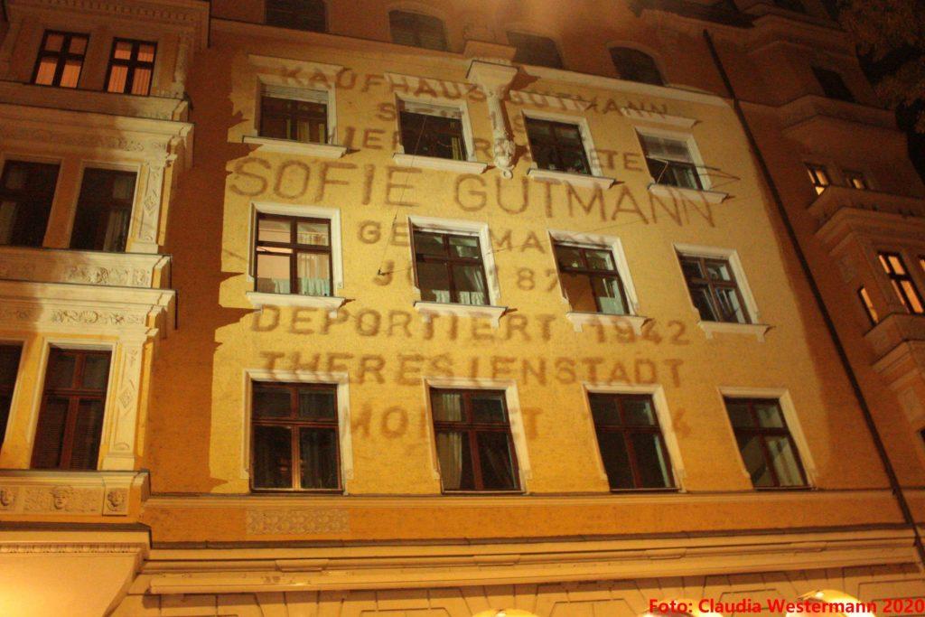 Hausfront illuminiert mit den Daten von Sofie Gutmann