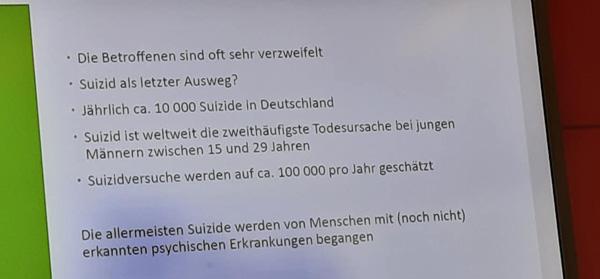 Text auf dem Bildschirm:  Die Betroffenen sind oft sehr verzweifelt. Suizid als letzter Ausweg? Jährlich ca. 10.000 Suizide in Deutschland. Suizid ist weltweit die zweithäufigste Todesursache bei jungen Männern zwischen 15 und 29 Jahren. Suizidversuche werden auf ca. 100000 pro Jahr geschätzt. Die allermeisten Suizide werden von Menschen mit (noch nicht) erkannten psychischen Erkrankungen begangen.