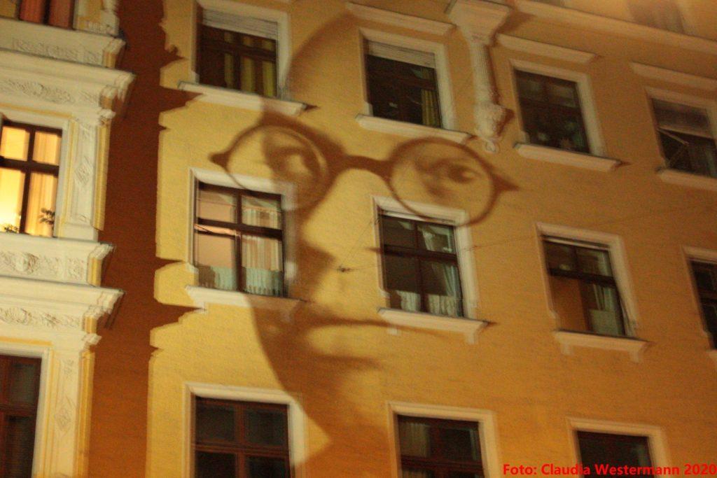 Hausfront illuminiert mit dem Gesicht von Emanuel Gutmann