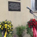 Foto mit Blumensträußen mit Trauerschleifen