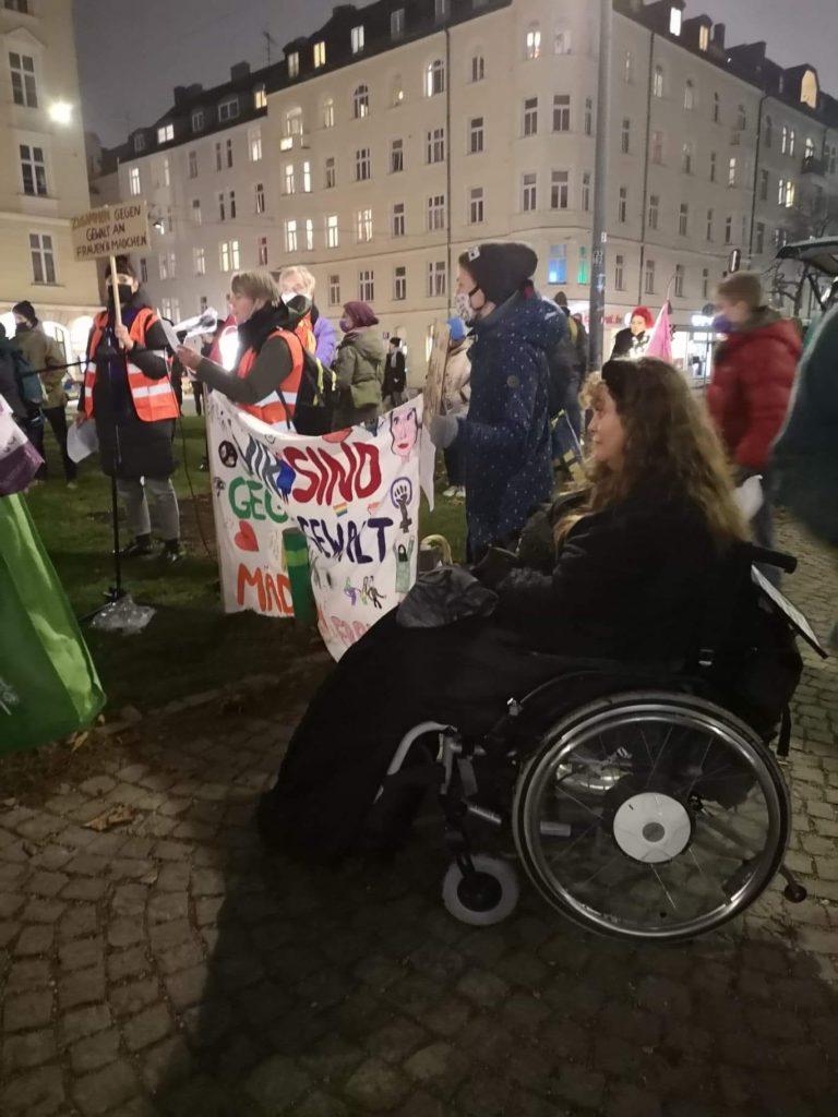 Patricia Koller im Rollstuhl auf der Demo gegen Gewalt an Frauen