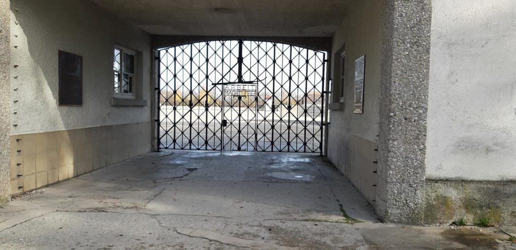 """Aufschrift """"Arbeit macht frei"""" auf dem Tor zum Konzentrationslager Dachau."""