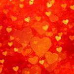 Viele kleine und große Herzen auf rotem Grund