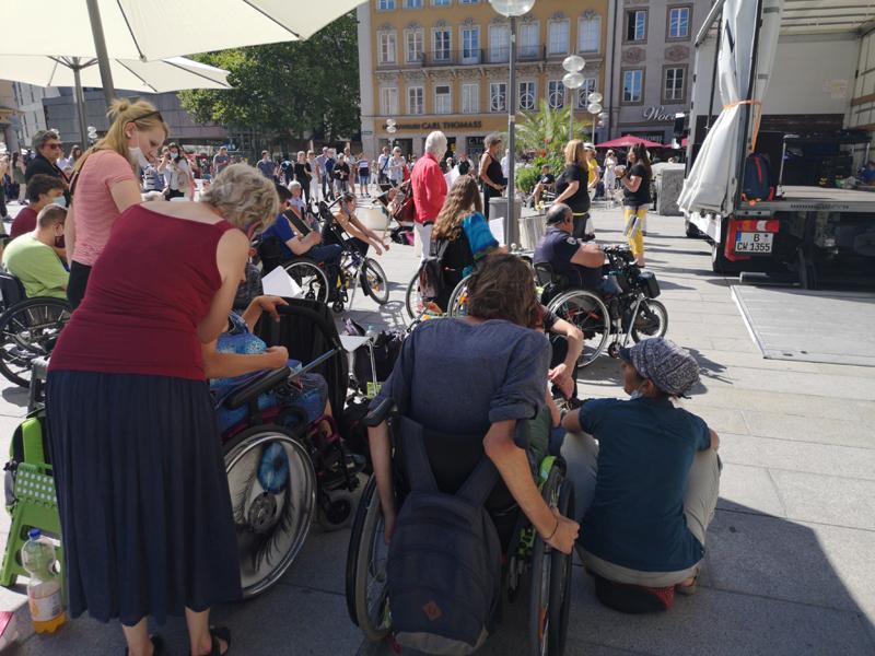 Rollstuhlfahrer*innen vor der Bühne