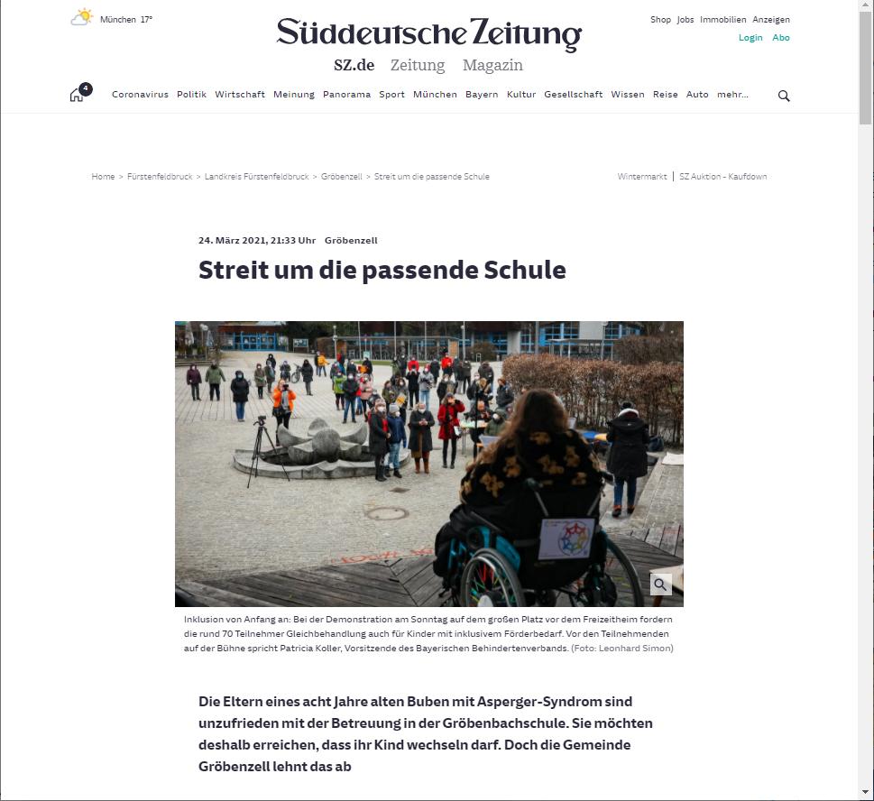 Screenshot Bericht Süddeutsche mit einem Foto von Patricia Koller (Rollstuhl-Rückansicht auf der Bühne in Gröbenzell)