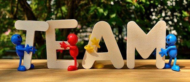 Bunte Männchen halten die Buchstaben T E A M