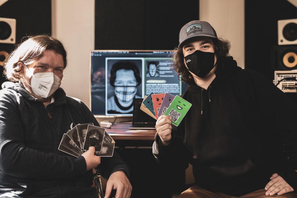 Die Entwickler des Spiels mit Masken im Gesicht