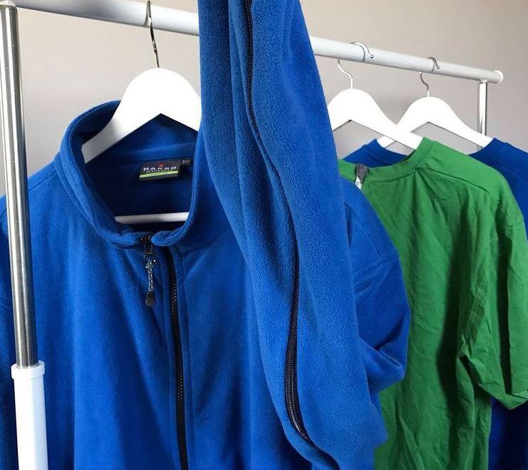 Fairänderte Kleidung (in Grün und Blau) mit zusätzlichen Reißverschlüssen